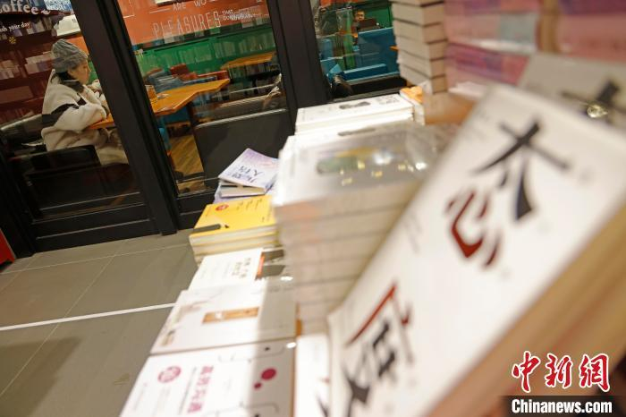 """网红书店高颜值有特色,书会成为""""拍照道具""""吗?"""