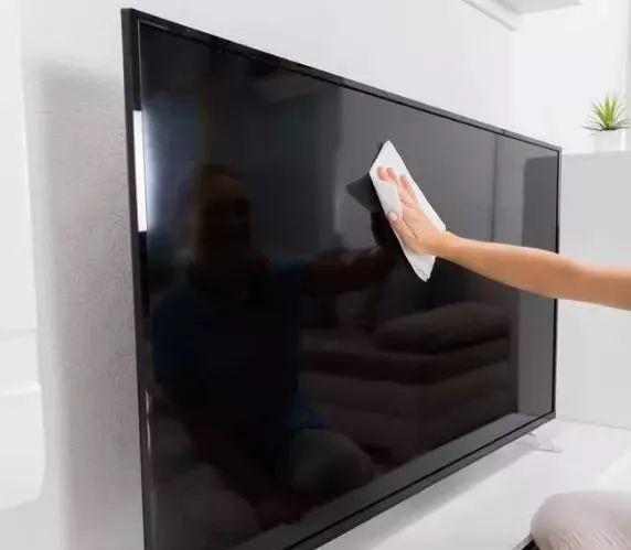 电视屏幕千万别用酒精擦,教你一招,干净不伤屏幕,还不落灰