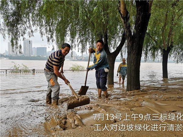 洪水退去后橘子洲边坡上留下十几厘米厚淤泥,能盖到小腿肚